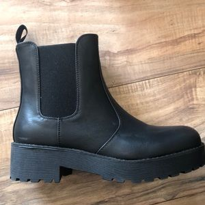 DIRTY LAUNDRY Chelsea Boots